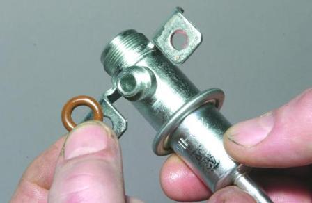 Проверка и замена регулятора давления топлива автомобиля ВАЗ-2107-20